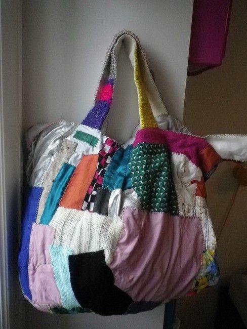 全て手縫いで仕上げたバッグです。 細かな端切れをたくさん貼り付け、パッチワークのバッグを作りました。 布は今までのバッグで使用した生地の残りで、かわいい生地ば...|ハンドメイド、手作り、手仕事品の通販・販売・購入ならCreema。