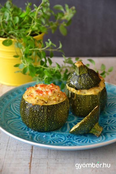 Vegetáriánus töltött cukkini recept: oregánóval fűszereztük, feta sajttal, pirított mandulával és bulgurral töltöttük meg. Extra finom vacsora!