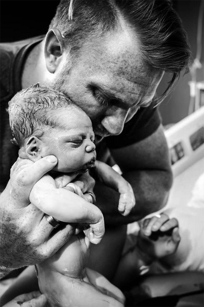 Dit prachtige filmpje illustreert hoe belangrijk de vader is bij de geboorte van een nieuw gezin.