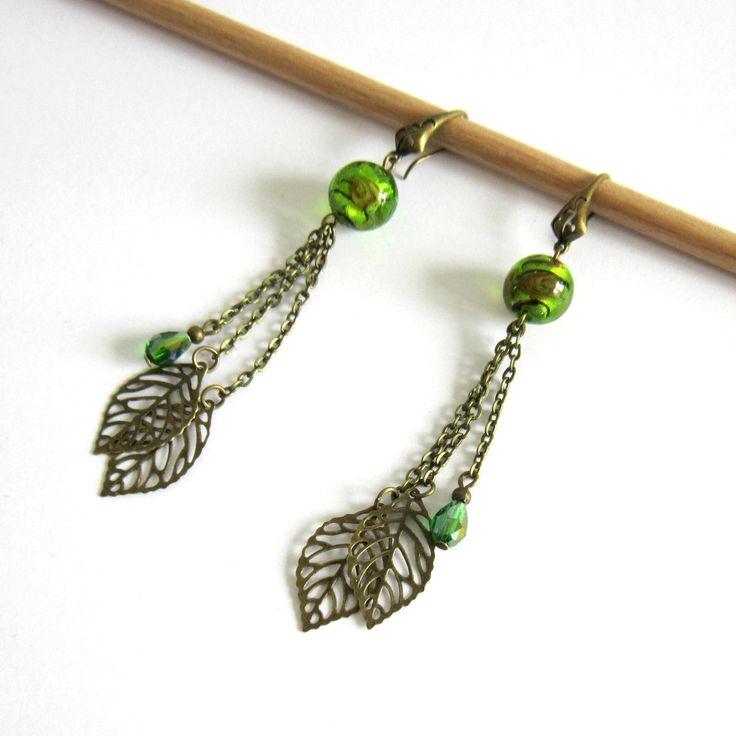 Boucles d'oreilles pendantes bronze et vertes, feuilles, perles en verre filé, bohème chic : Boucles d'oreille par color-life-bijoux