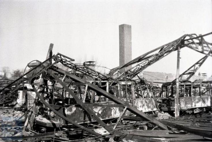 Van de Nederlandse trambedrijven heeft de GETA, de gemeente Elektrische Tram Arnhem, wel het meest te lijden gehad van de oorlog. Arnhem beschikte volgens velen over de mooiste vierassige motorwagens, gebouwd door Beijnes in 1929, waarvan er vele samen met ouder materieel door een voltreffer op de remise aan de Westervoortschedijk verloren zijn gegaan. Dit moet gebeurd zijn ten tijde van de Slag om Arnhem, 18 of 19 september 1944. Op de foto onder andere motorwagen 70, een van de…