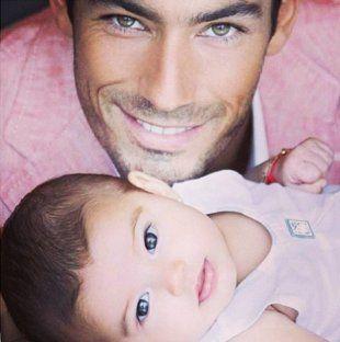 Aaron Diaz con su bebita.