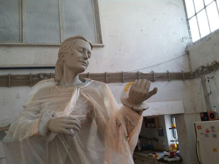 Keman çalan kadın heykeli kalıp öncesi. Heykeltıraş Ömer Orcaner