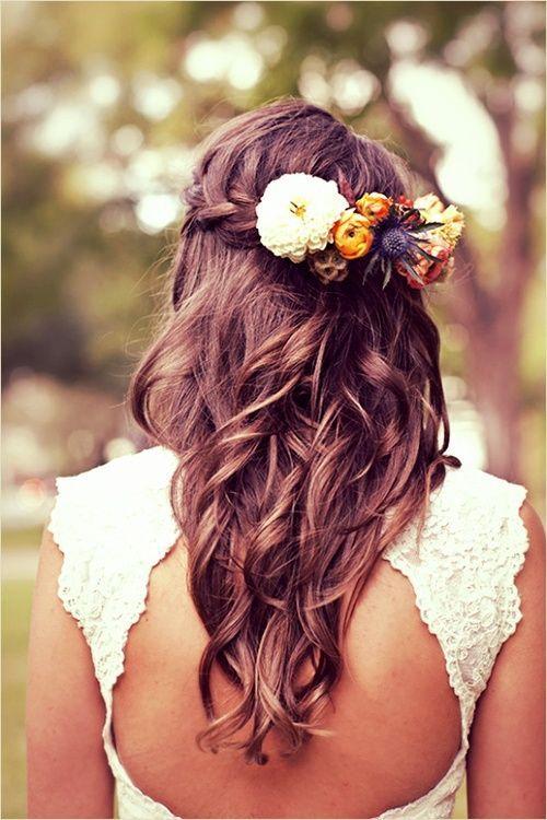 Ondulations, tresse et fleurs : les trois sont superposées ici ! Les ondulations sont naturelles, et l'on aime cette originalité à l'arrière de la tête. Une tresse horizontale enserre les cheveux de gauche à droite. Elle sert de support à une belle barrette de fleurs. De plusieurs couleurs et de plusieurs types, c'est un vrai petit bouquet de fleurs que vous avez dans votre coiffure !