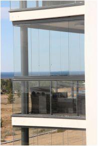 Alutec 5 parvekelasitus on pystypuitteeton ja limittäin liukuva lasitus.