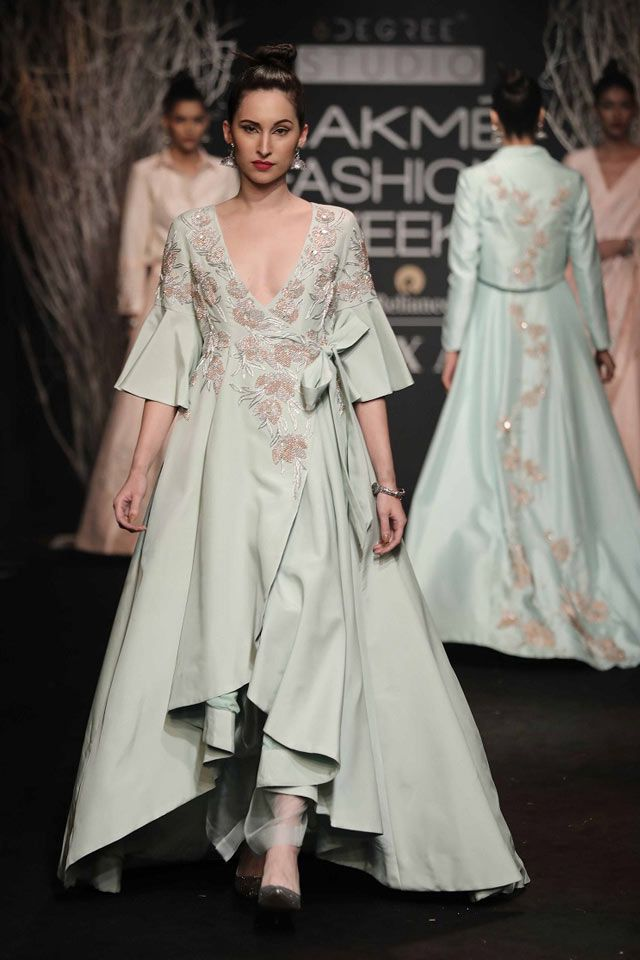 DE-BELLE-AT-LAKME-FASHION-WEEK-WINTER-FESTIVE-2017-(2)