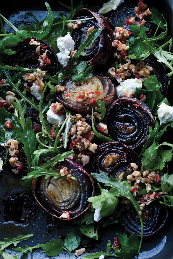 Cette salade spectaculaire aux oignons rouges de Yotam Ottolenghi est la recette préférée de notre directrice cuisine-déco, Nicole Labbé. Elle est simple à réaliser et absolument délicieuse.