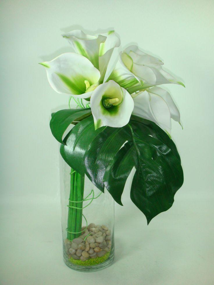 9 calas y una hoja amarradas en florero con piedritas....demasiado facil !!!