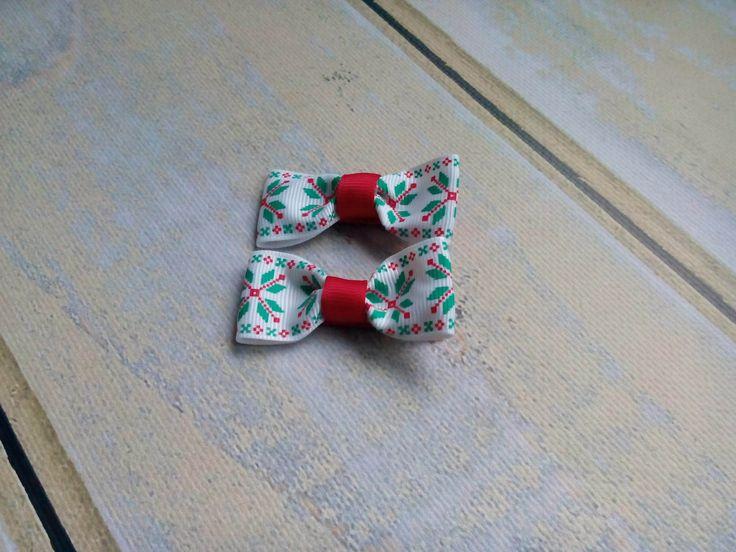 Dwie świąteczne spineczki kokardki. Wym. ok 2,5 x 5,5cm, klips: pyk 4,5cm.