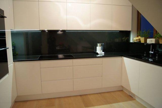 Fot. Kuchnia z blatem wykonanym z kwarcogranitu. Ten sam materiał zastosowano do pokrycia ściany nad blatem (fronty MDF pokryte lakierem w połysku), Nataly Design,  www.nataly.pl
