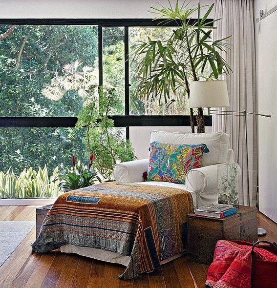 A chaise no canto da sala é um convite à leitura, ainda mais com a vista que se tem pela janela logo ao lado. Projeto da designer de interiores Paola Ribeiro, no Rio de Janeiro