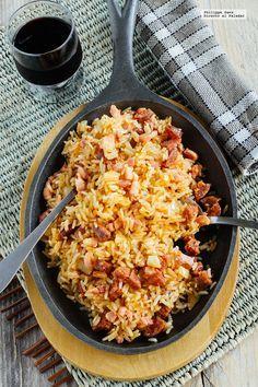 Receta del Arroz frito con chorizo y tocino. Receta con fotografías del paso a paso y recomendaciones de degustación. Recetas de arroces