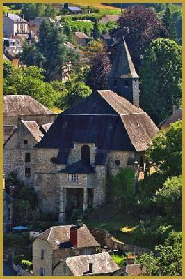Photo du jour qui se lève sur l'église gothique du XIIIe siècle dédiée à Notre Dame de l'Assomption, elle domine l'ensemble du quartier des Bans qui borde la Vézère, à Treignac. Visiter Treignac sur Vézère, photos des plus beaux villages de France.
