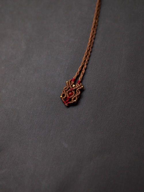 サンストーン(インド・ラジャスターン州産)マクラメ編みペンダント紹介&販売。キラキラと目映い輝きをしたサンストーンデザインペンダント。 石全体にラメがびっしりと詰まった上質なサンストーンを使用しています。 石が際立つよう2色の蝋引き糸をセレクトし、ひと編みひと編み丁寧に編み上げました。 鎖骨の上にすっぽりと収まるサイズ感で、 温もりを感じるようなデザインペンダントに仕上がりました。