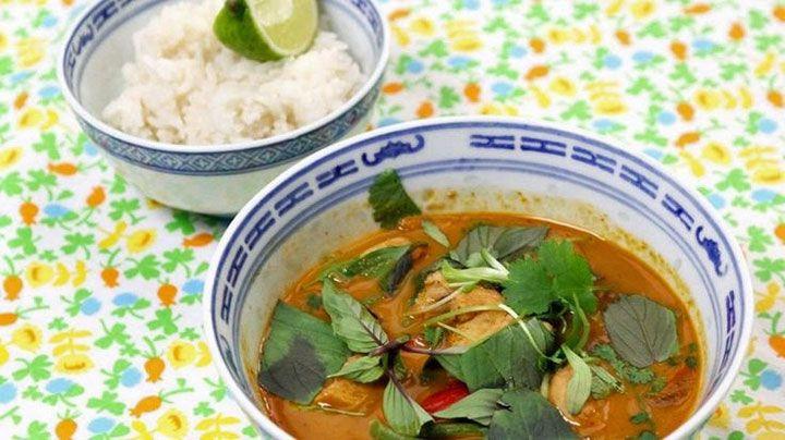 Thaise rode curry met kip en jasmijnrijst is een heerlijk gerecht en gemakkelijk te maken. Breng de smaken van Thailand in jouw eetkamer! Wil je het iets minder pittig, doe dan minder curry of chilipeper in de saus.