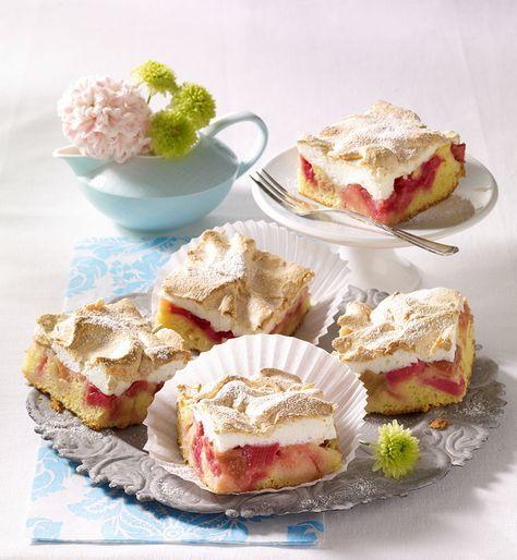 Ein fruchtiger Obstkuchen mit Rhabarber und Baiser