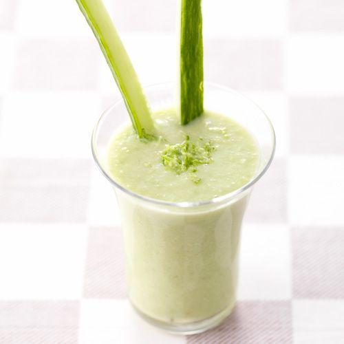 Dit recept is een echte zomertopper! Serveer dit frisse drankje in een groot glas met wat klontjes ijs.    1. Halveer de avocado,verwijder de pit en haal het vruchtvleesuit de schil.    2. Pureer de komkommer metde avocado,de...