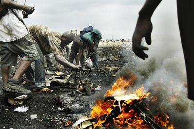 De unge afrikanere brænder computere og andet elektronisk affald af for at få fat i metallerne i udstyret. Undervejs frigives giftige dampe og kemikalier. Foto: Michael S. Lund