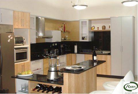 Hermosas y delicadas cocinas modulares en madera clara y for Cocinas claras modernas