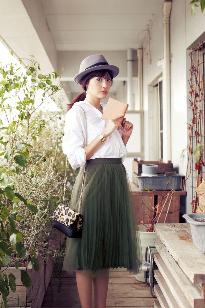 買いたてのカーキのスカートは、白シャツで大人可愛く着こなしたい♡ | DAILY MORE