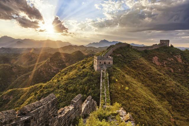 GRANDE MURAGLIA CINESE –  Fenomeni naturali come terremoti e inondazioni hanno contribuito alla sua rovina, ma la più grande minaccia è l'uomo. Lo sviluppo industriale e la mancanza di fondi sono le più grandi cause del degrado di una delle sette meraviglie del mondo. Meno del 10% dell'imponente struttura costruita durante la dinastia Ming si trova relativamente in buone condizioni.  533258851skyline and great wallGetty Images/iStockphoto