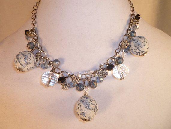 Bloem stof kraal Charm Necklace blauwe kralen door AudreysJewelBox