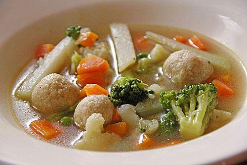 Klare bunte Gemüsesuppe mit Einlage aus kleinen Semmelklößchen