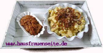 Älpler Makkaroni  Älpler Makkaroni sind ein traditionell schweizer Rezept, bei dem Käsenudeln mit Kartoffeln, Zwiebeln und Apfelmus kombiniert werden vegetarisch