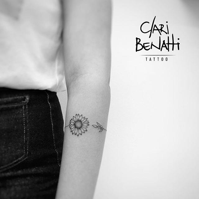 Bracelete de girassol da querida Thais! ❤️ #claribenattitattoo #fineline #girassol #dots #tattoo2me #rj #benartti #rabiscaeu #tattoodo #equilattera #tattoofeminina #tattoodelicada