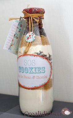 COOKIES Mélangez 250g de farine,1 càc de bicarbonate 1 càc de levure•1/4 de càc de sel. Versez dans le bocal .puis 100g de flocons d'avoine; 200g de pépites de chocolat Bien appuyer sr les pépites pr q le sucre ne traverse;100g sucre rx,;100g de sucre blc, 100g de noix concassées. :Préchauffez le four à 180°C.. Ajoutez 125g de beurre pommade , 1 grs œuf battu et 1 càs de vanille liquide. Mélangez, formez des boules de balle de golf.13à15 mn de cuisson.étiquette ok