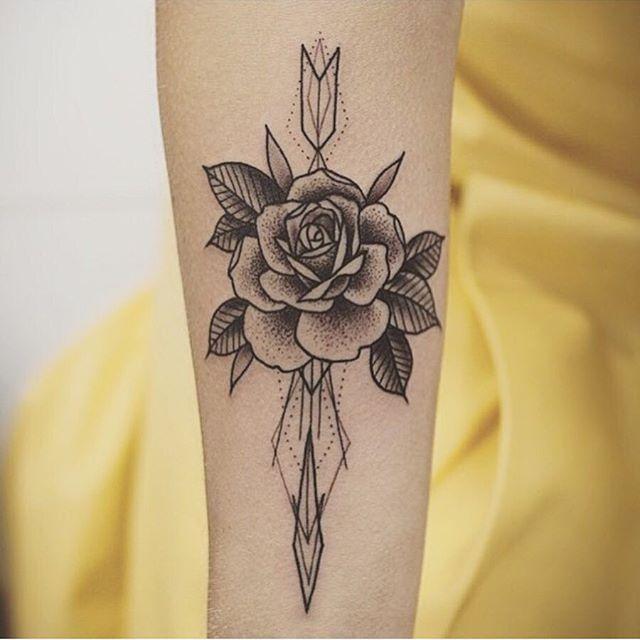 25 melhores ideias de tatuagem rosa preta no pinterest tatoo tiny tatoo e tatuagens de cruz. Black Bedroom Furniture Sets. Home Design Ideas
