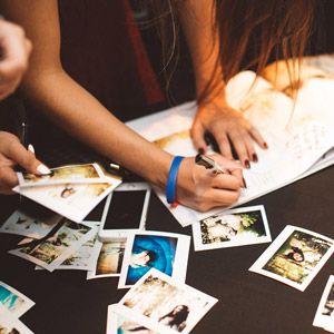 Crear un lugar preparado especialmente para que tus invitados te dejen los mensajes en tu libro de firmas.