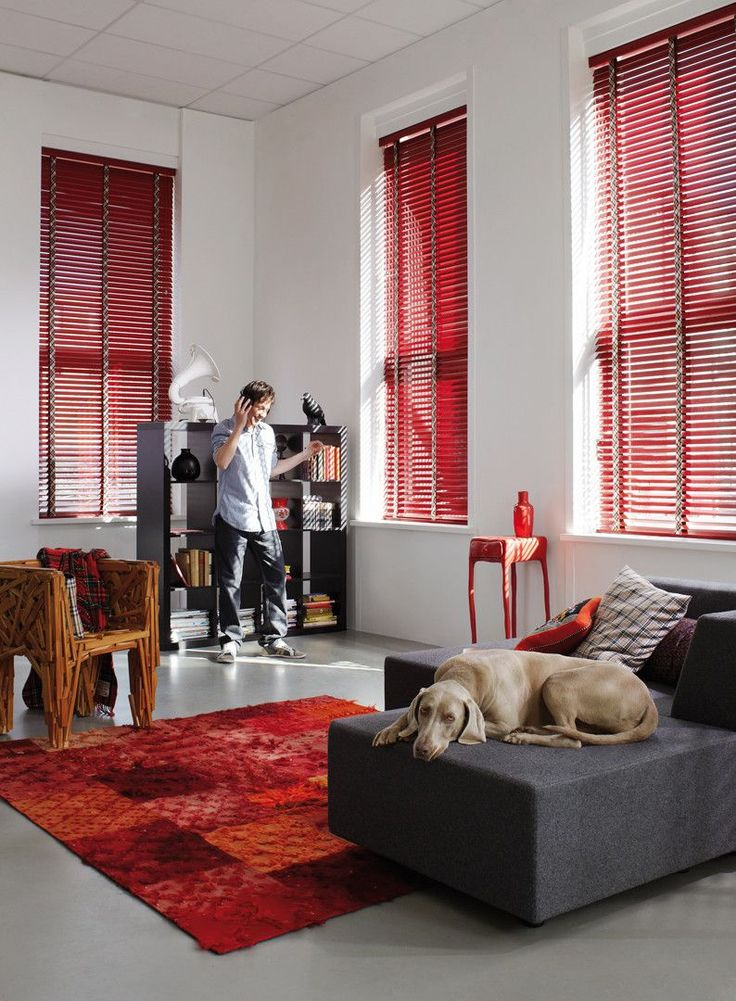 Luxaflex® Houten Jaloezieën 0242. Hout, rood, raambekleding, interieur.