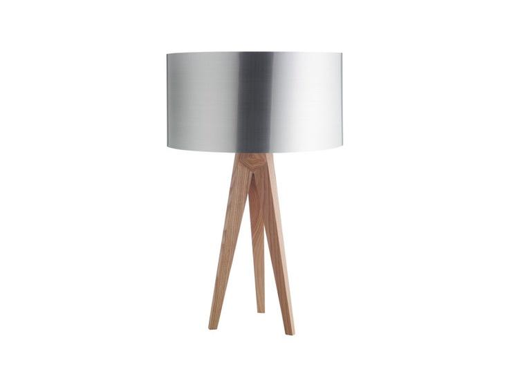 Tripod bordlampe i solid ask. Lampeskjerm kjøpes separat. Kr. 560,-