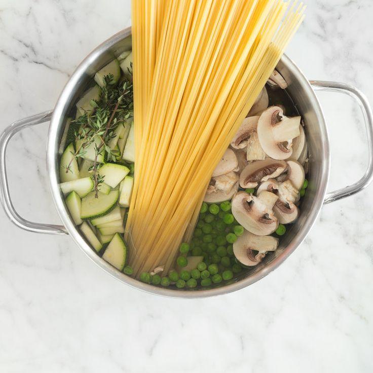 One Pot Pasta mit Zucchini, Champignons und Erbsen-Topf_featured