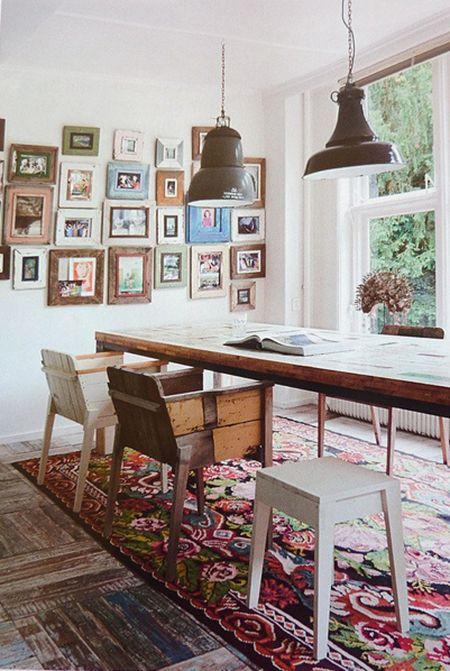Une table de salle à manger authentique avec chaises dépareillées