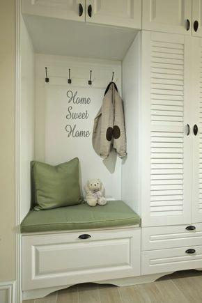 deco-hall-entree-avec-meuble-blanc-et-des-coussins-petit-et-grand-en-tissu-en-couleur-pistache