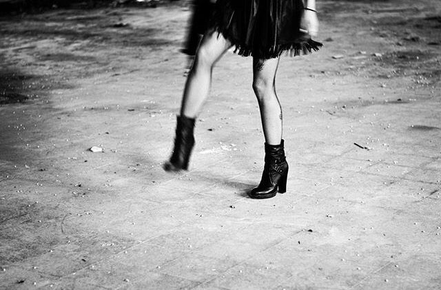 Si la vida te pone piedras en el camino dales una patada y demuestra que nada ni nadie te va a parar #photgraphy #model  #retrato  #nichymo #legs #confianza #blackandwhite #B/N #sobreponerse #yoPuedo #photgrapher #photograph #photo #me #madrid #barcelona #