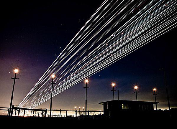 まるで銀河鉄道! 飛行場を長時間露光で撮影した美しい飛行機の写真18枚