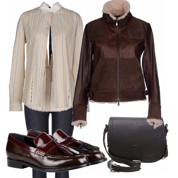 IL capo di punta di questo outfit è la camicia in tela, maniche lunghe, scollo davanti e ampio scollo sulla schiena assicurato da un fiocco nero, molto sensuale. Jeans blu, giubbotto di pelle, mocassino e borsa a tracollo...