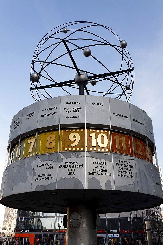 Reloj mundial de Urania en la plaza Alexanderplatz, distrito de Mitte, Berlín, Alemania, Europa  Fotógrafo  Karl F. Schofmann