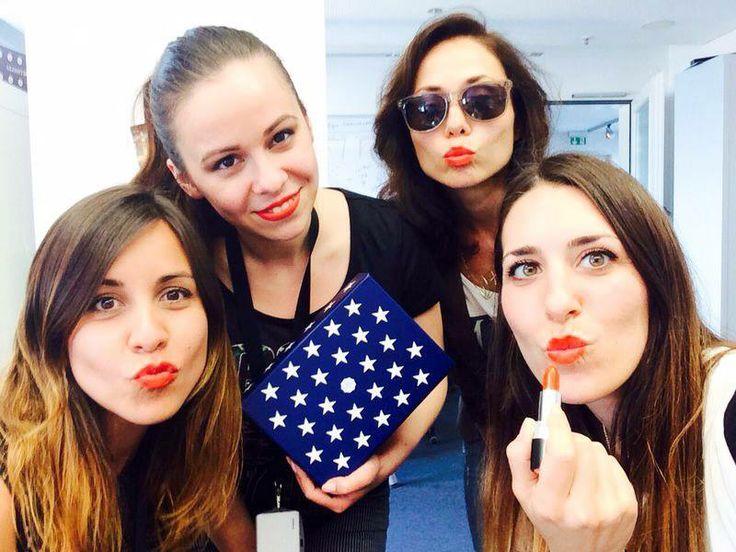 Das GLOSSYBOX Marketing Team trägt den Bellapierre Lippenstift in der Farbe Mandarina aus der Stars  Stripes Edition Juni 2014