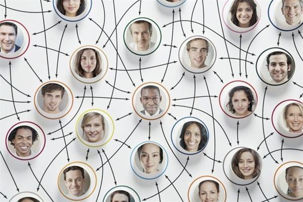 Las redes sociales son estructuras  compuestas por grupos de personas que están conectadas por uno o varios temas en común. Diversos análisis sobre las redes sociales han demostrado que éstas operan a muchos niveles, desde las relaciones de parentesco hasta las relaciones de organización estatal (redes políticas por ejemplo), convirtiéndose en principales herramientas de movilización social. Dentro de las principales comunidades virtuales están Facebook y Twitter