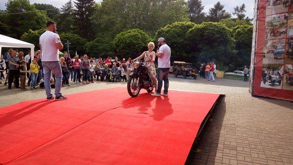 Авторские зарисовка с #Leopolis grand prix 2016 За рулем мотоцикла Панония Снежана, фанатка ретро мото в винтажном платичке и с белой сумочкой. Раньше ее видел только в мото прикиде. Менее очаровательна она не стала