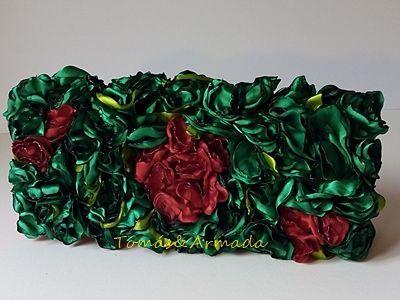 Bolso de fiesta flores verdes . customizado sobre bolso de raso rojo .