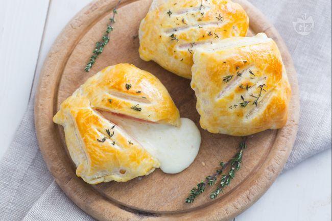 Il tomino in crosta di sfoglia nasconde al suo interno un cuore morbido e filante di formaggio e prosciutto cotto che si rivelerà solo al'assaggio!