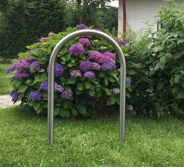 Macht sich gut in Parks und Gärten: Fahrradständer aus Edelstahl mit geschliffener Oberfläche