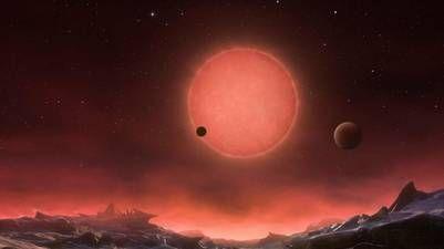 Descubren tres nuevos planetas cercanos a la Tierra y potencialmente habitables   Un grupo internacional de científicos ha anunciado el descubrimiento de un sistema solar cercano a la Tierra con tres planetas que podrían albergar vida.  Un grupo internacional de astrónomos ha publicado este lunes en la revista científica 'Nature' los resultados de su búsqueda de exoplanetas potencialmente habitables.Según la publicación los científicos han hallado tres planetas que orbitan alrededor de una…