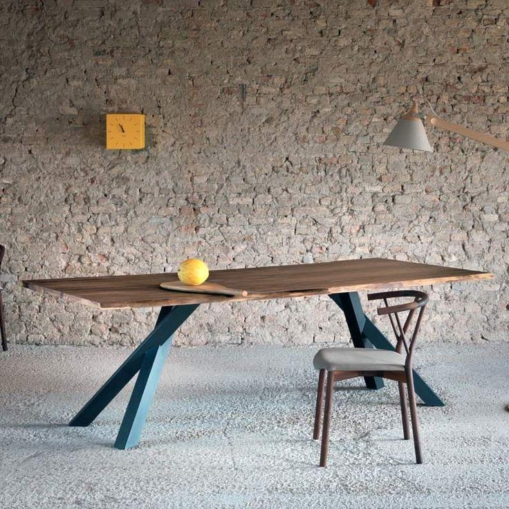 Tavolo con piano in legno di noce, base in metallo color antracite.