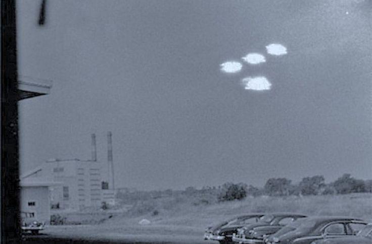 A foto vista acima é real, tirada em agosto de 1952. Trata-se de uma foto de múltiplos OVNIs obtida por um fotógrafo da Guarda Costeira dos EUA...